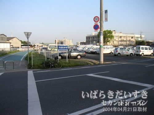 筑波鉄道 真鍋機関区 跡地<br>駐車場のところに、大きな木造建築の真鍋機関区がありました。建物だけは残っていたのに、完全に更地になってしまいました・・・(´TωT`)。