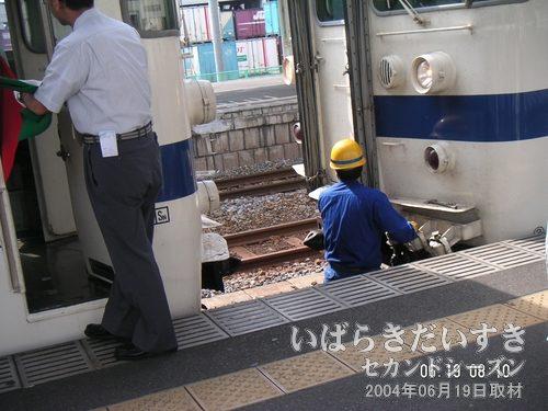 常磐線 切り離し作業<br> この常磐線は、土浦駅から先は先頭の4両が終点扱い。切り離し、車庫に入ります。