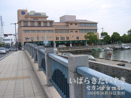 土浦港のジェットホイル乗り場に行く<br>土浦駅前の通りを歩き、乗り場に行きます。目の前は「霞ヶ浦グランドパレス」。