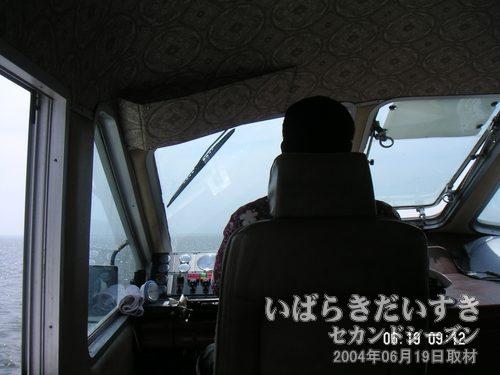 黒田船長さん<br>今年もよろしくお願いします。2階の操縦室兼VIPルームにて。