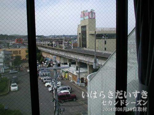 窓からは、潮来駅ホームが見える<br>本数は少ないものの、潮来駅を発着する電車が見えるので、鉄オタは感激でしょう。