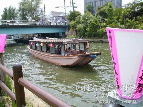 """潮来ばやしを演奏する舟<br>舟の中で""""潮来ばやし""""を演奏しています。このまま前川を上っていきます。"""