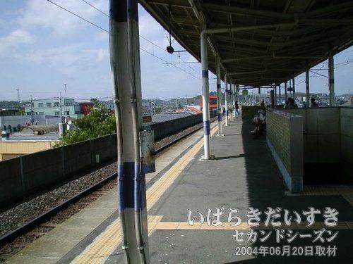 潮来駅ホーム<br>下り鹿島神宮駅方面を眺めます。