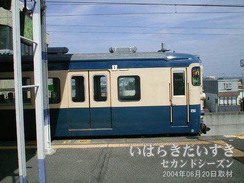 下り鹿島神宮行き電車<br>青とクリーム色の113系車両。