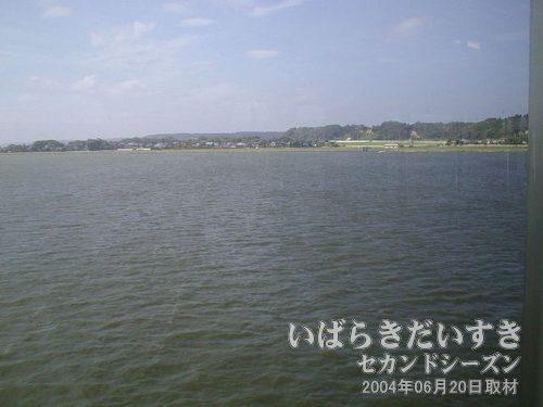 鰐川(わにがわ)を通過<br>延方駅を通過すると、大きな川を渡ります。