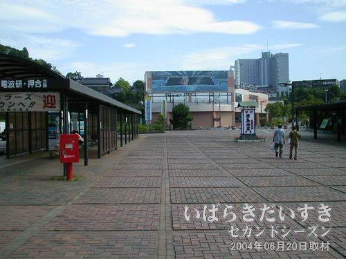 鹿島神宮駅前の広場<br>駅前ロータリーは広め。この先に、鹿島神宮があるのでしょう。。いつか来る。
