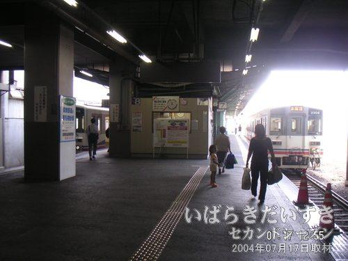 関東鉄道常総線 取手駅ホーム<br>7番線、8番線共に、終発着駅。エンジンをブルブルいわせ、出発の時を待っています。