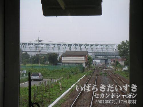 遠くに、高架橋のようなものが見える<br>まもなく常総線は、守谷駅に入線しようとしています。遠くに立派な高架橋?が。