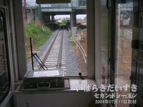 線路の砂利(バラスト)が新しい<br>守谷駅の地上ホームに入線していきます。