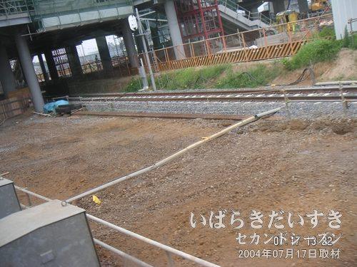 守谷駅に入っていく<br>線路や駅構内の工事が進んでいます。地肌が新しい。