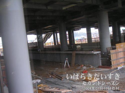 守谷駅 ホーム拡張中<br>常総線の守谷駅ホームは拡張工事の真っ最中。