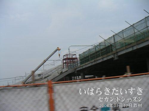 守谷駅 駅舎も工事中<br>線路やホームの工事と平行して、駅舎の工事も進められています。