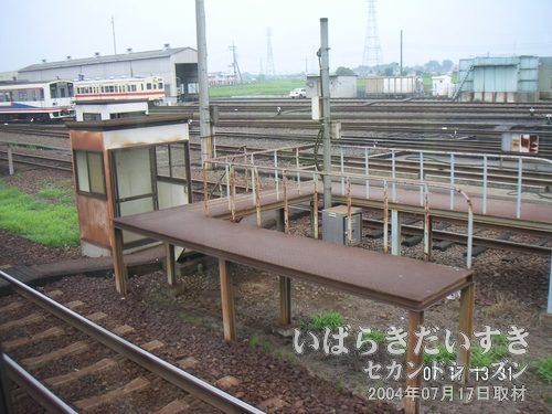 水海道駅手前の信号所で一時停車<br>時間調整のためか、対向車もない駅ホームでもない場所で一時停止します。