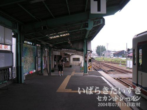 進行方向先に出口の改札がある<br>水海道駅ではかなりのお客さんが下車しました。人がいなくなってから、ゆっくり撮影。