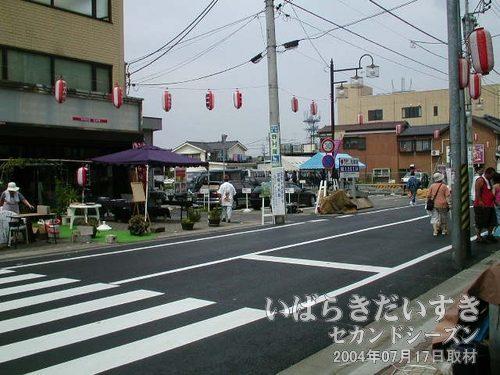 商店街通りに出た<br>出店の準備が始まっている大通りに出ました。宝町商店街というようです。