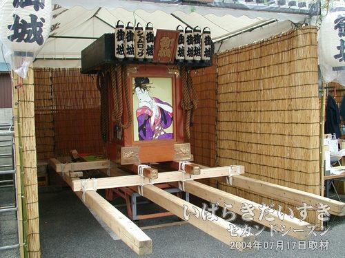 """「御城」の提灯のある神輿<br>カスミの敷地内に置かれている神輿。「御城」は""""みじょう""""と読むのかしら?"""