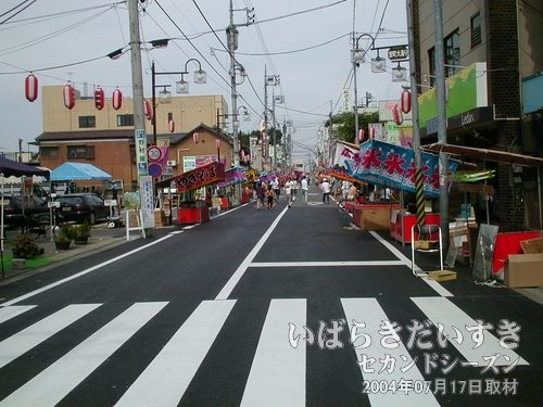 宝町商店街通りにもどる<br>着々とお祭りの準備が進められています。出店もだんだんと、形づいてきました。