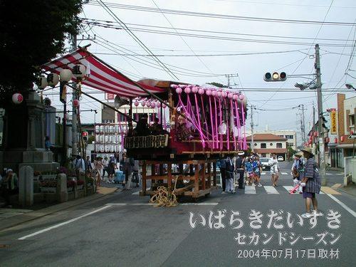 「淵頭御囃子會」の山車<br>諏訪神社の方に山車を回転させ、お囃子を披露しています。
