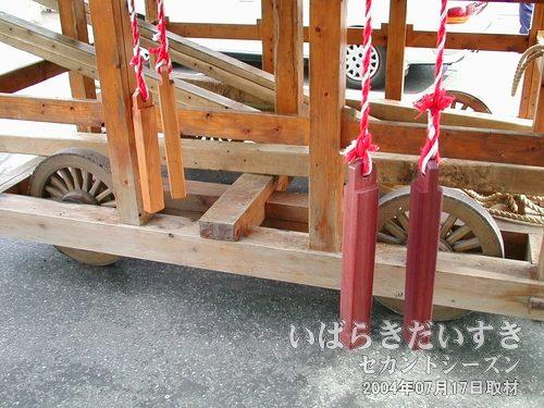 山車の台車部分<br>木組みの台車。ここ最近に造られた感じがします。車輪は転用でしょうか。