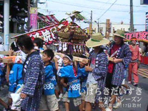 「橋本町」の子ども神輿<br>諏訪神社の方からカスミの駐車場へ入っていきます。