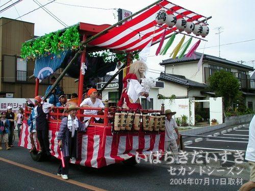 「橋本町」の山車<br>現代風なつくりの山車。車輪が車のタイヤです。