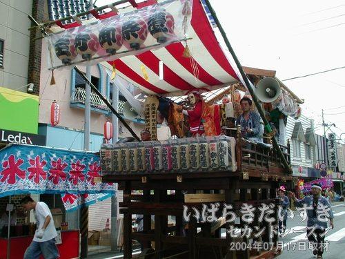 「宝町」の山車<br>山車全体の高さが高いですね-。舞台の位置も高いです。