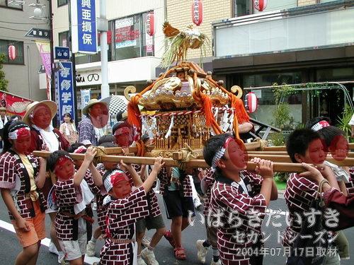 「宝町」の子供神輿<br>神輿を練っていて、技術があります。