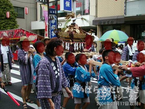 「橋本町」の子供神輿<br>担ぎ方が淡白な感じがします・・・。