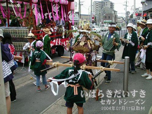 「栄町」の子ども神輿<br>こちらもこれから出発かしら。