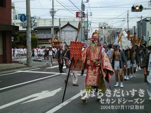 天狗様(猿田彦) 登場<br>年番町である「本町」の神輿の先頭を天狗様が歩きます。この手のお祭りで、天狗様を見たのは初めてです~(@@)。