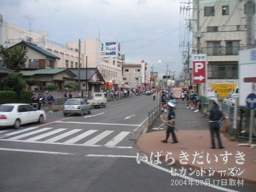 東京行き 高速バスの車窓から<br>水海道祇園祭会場を眺めます。来年はきちんと取材をしたいな~。