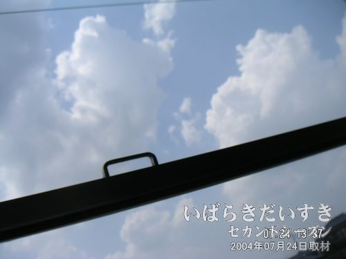 大きな入道雲<br>常磐線車窓から眺める入道雲。今日も暑いぞ~(@@)フウフウ。