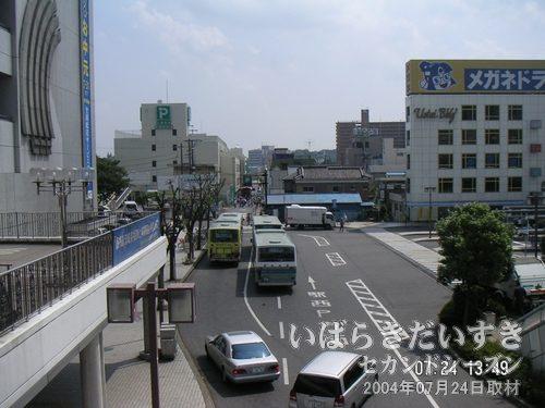 土浦駅西口左手 桜町方面<br>桜町方面からお囃子が聞こえてきます。よく見ると、山車がこちらに向かって進んできています。