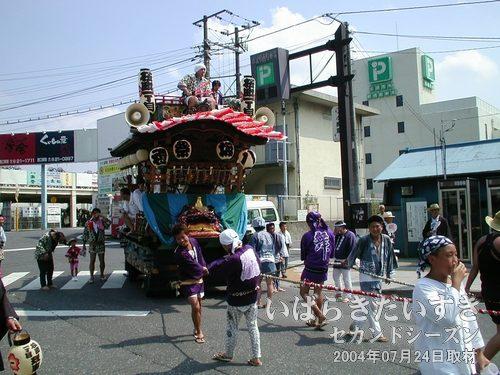「桜町一丁目」の山車<br>桜町の小道から、お囃子を奏でながら山車が登場。桜町一丁目の山車です。
