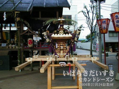 礎會がかつぐ神輿<br>土浦で八坂神社の神輿を担ぐことを担う礎会。その八坂神社の神輿。
