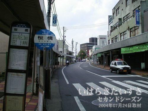 土浦中央通商店街<br>バス停「桜橋」にて撮影。年々、シャッターなお店が増えていくのが悲しいです・・・。
