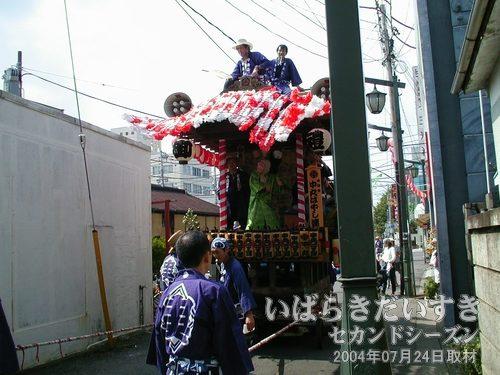「中央二丁目」の山車<br>中丸はやし連による山車。石岡囃子を演奏しています。