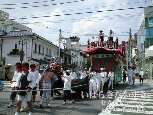 「文京町」の山車<br>先頭に獅子がいます。これは屋台と言ったほうが良いのかしら? ※「幌獅子」とも言えそうです。
