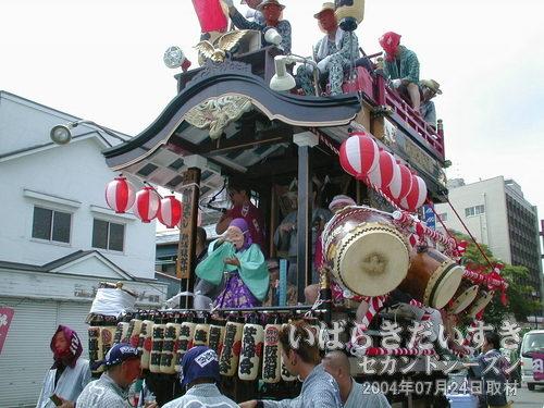 「生田町」の山車<br>小さなひょっとこが、元気よく踊っています。