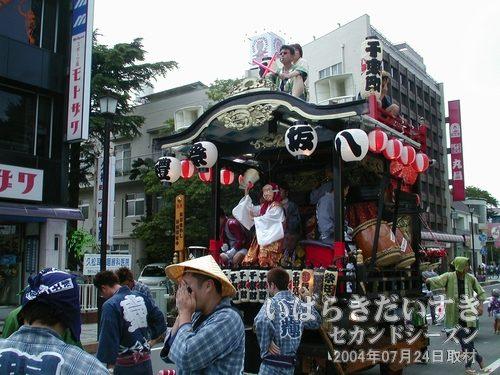「千束町」の山車<br>こちらもこの時間は、小さなひょっとこが踊っています。