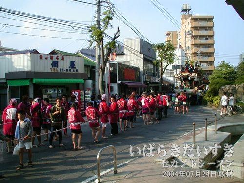 「田中一丁目」は曳き手が赤で統一<br>田中一丁目は、赤い袢纏で統一されており、カッコイイです。