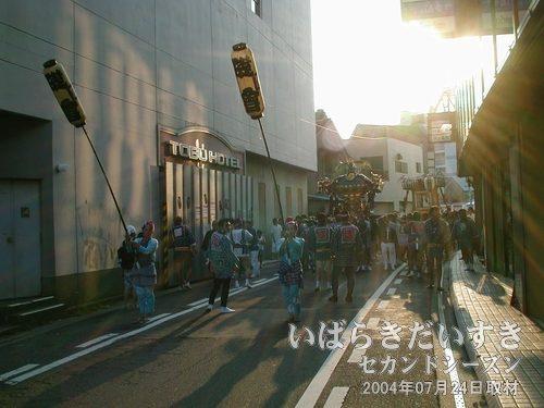 旧・土浦東武ホテル 裏手の道<br>神輿はゆっくりゆっくり進みます。