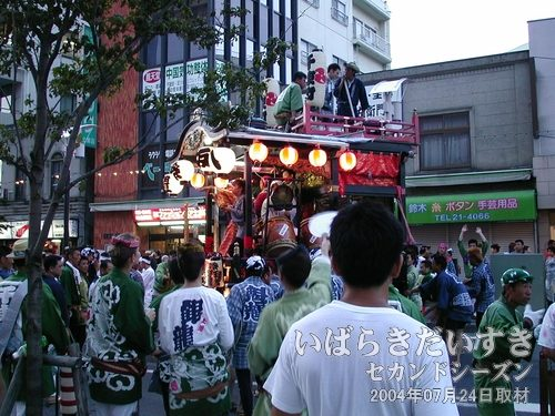 一足早く到着している千束町<br>すでに到着している千束町の山車は、お囃子を演奏し、場を盛り上げています。