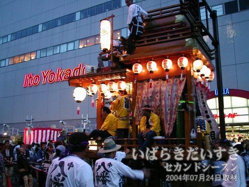 ウララ前の田中二丁目<br>こちらもお囃子を演奏。礎会の神輿が来るまで場をつないでいます。