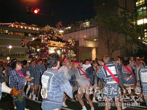 礎会の神輿がウララ広場に入ってくる<br>女神輿、茨城神輿連合の神輿が入ってきた後に、礎会の神輿が入場です。