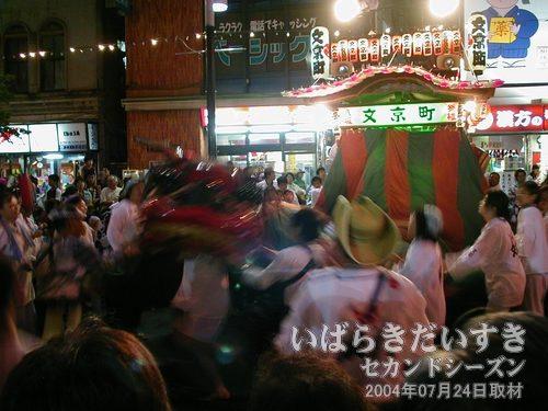 荒れ狂う獅子<br>文京町の獅子は、これでもか!とばかりに、荒れ狂ったように踊ります。