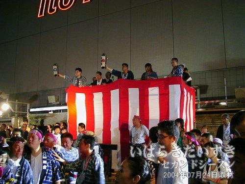 本部ステージ<br>提灯を掲げ、祭りに参加しているのが見て取れます。