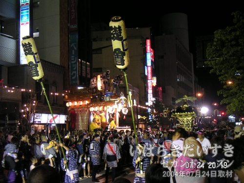 礎会の神輿、会場を後に<br>20時20分頃、礎会の神輿がイトーヨーカドーの広場を後にします。