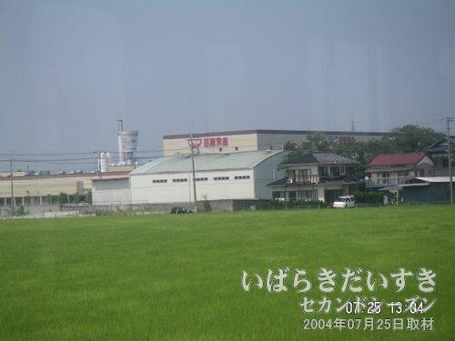 取手の日清食品の工場<br>取手駅を過ぎ、下り常磐線左手に見えます。煙突の先端がカップヌードルの容器。