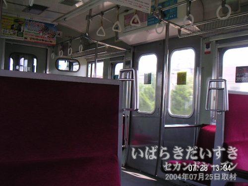 常磐線 白電 ボックス席を占拠<br>この時間帯の下り常磐線はたいへん空いています。ボックス席を独り占めできます。